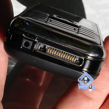 Дисплей телефона покрыт защитным стеклом, так вот между защитным